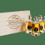 Singold Whisky Tasting Set mit den fünf kleinen Whiskyflaschen daneben stehend