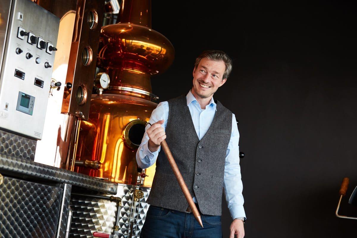 Brennmeister Hans-Jürgen Filp vor der Destille